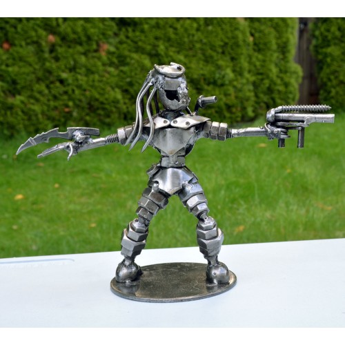 Predator with spears and gun sculpture : scrap metal model